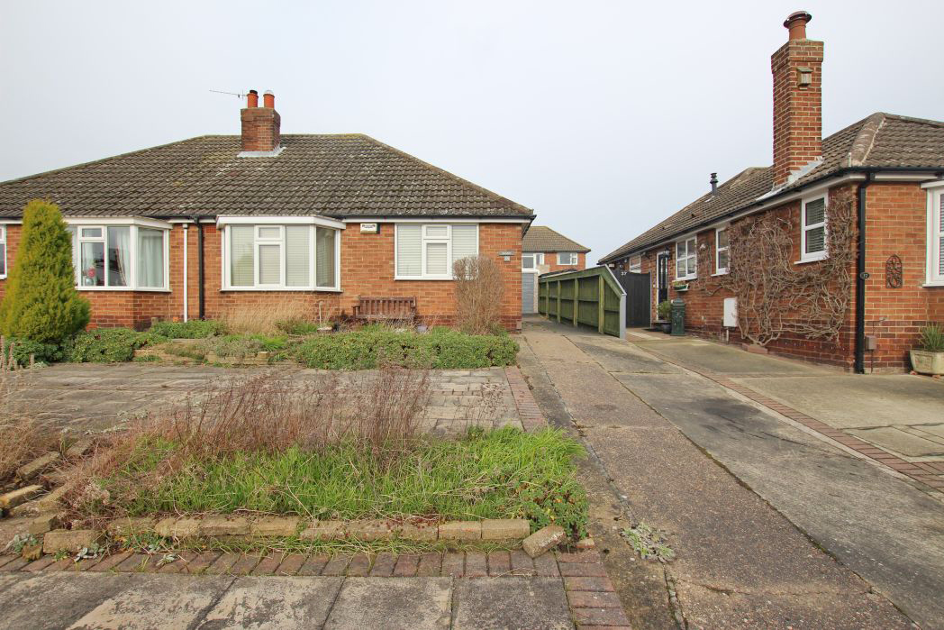 2 Bedrooms Bungalow for sale in LYNTON RISE, CLEETHORPES
