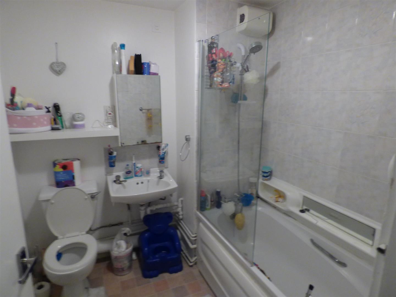 2 bedroom maisonette for sale in borehamwood for 6x7 bathroom