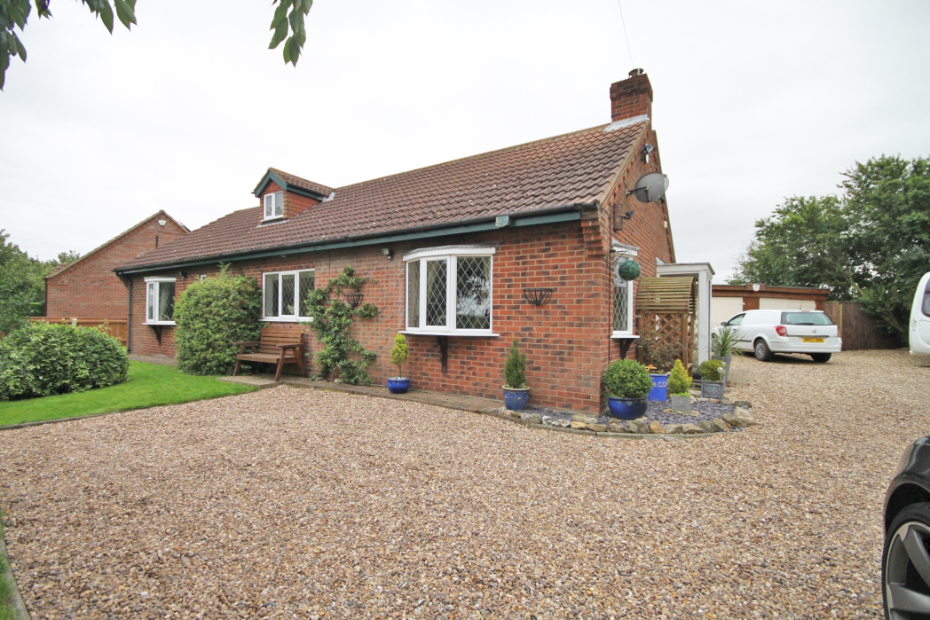 2 Bedrooms Bungalow for sale in DUCKTHORPE LANE, MARSHCHAPEL