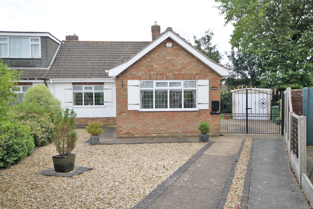 2 Bedrooms Bungalow for sale in GRASMERE GROVE HUMBERSTON