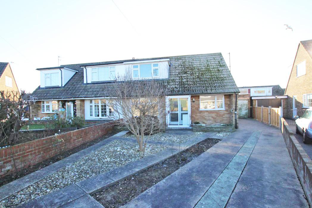 3 Bedrooms Bungalow for sale in WEEKES ROAD, CLEETHORPES