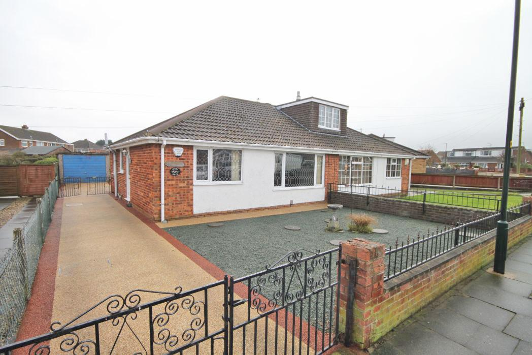 3 Bedrooms Bungalow for sale in SWABY DRIVE, CLEETHORPES